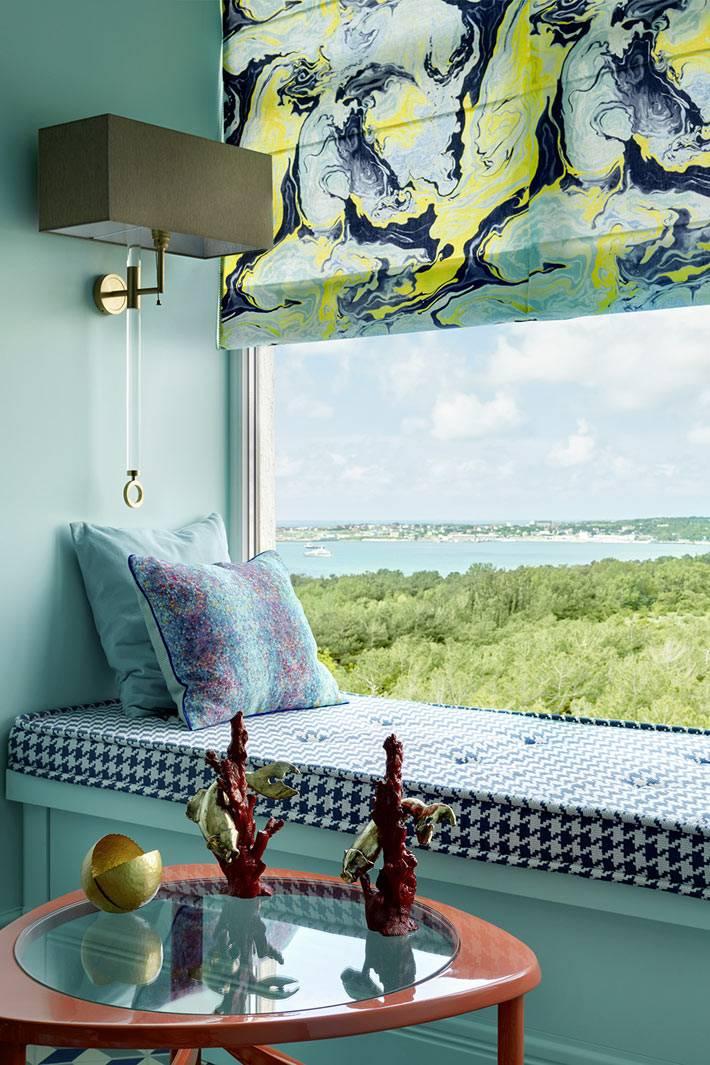 Окно с мягким подоконником и римской шторой
