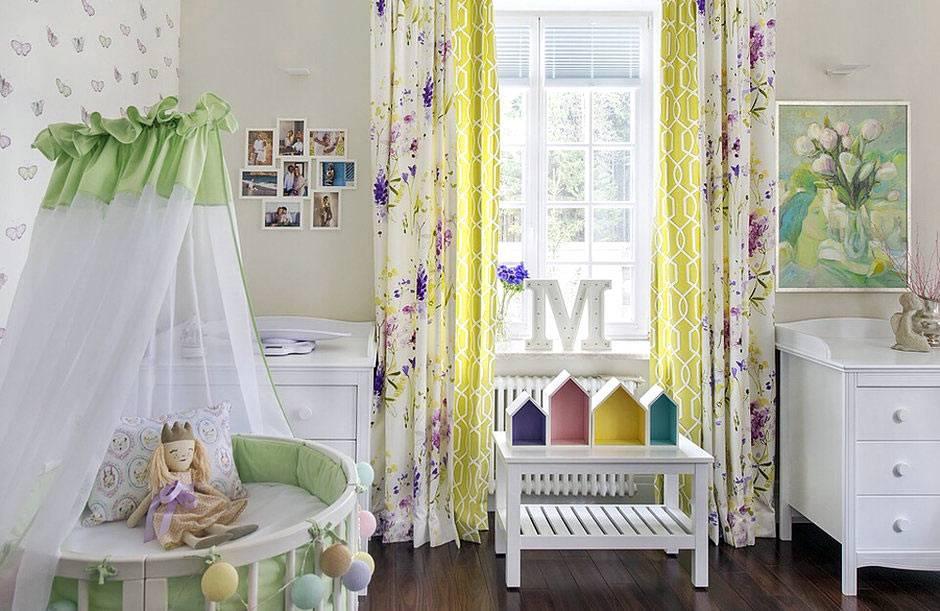разноцветный текстиль в декоре детской комнаты для младенца фото