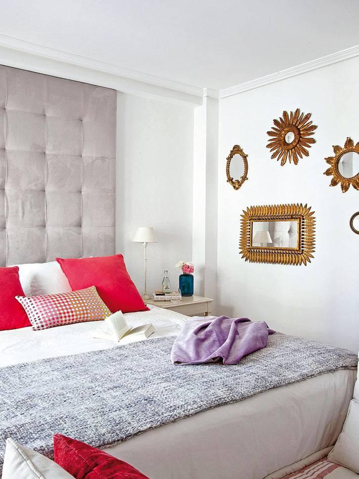 зеркала в форме солнца и цветков на стене спальни фото