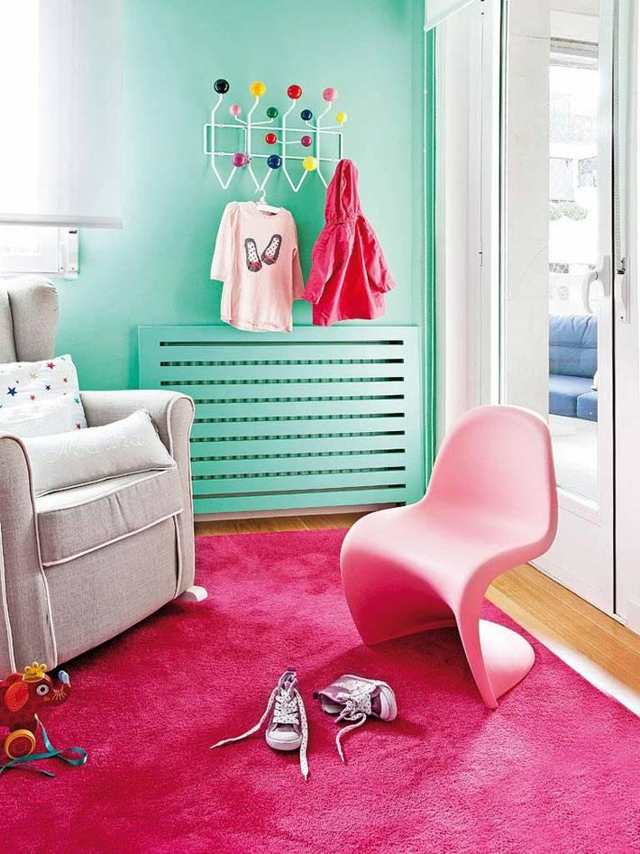 розовое пластмасовавое детской кресло на розовом ковре