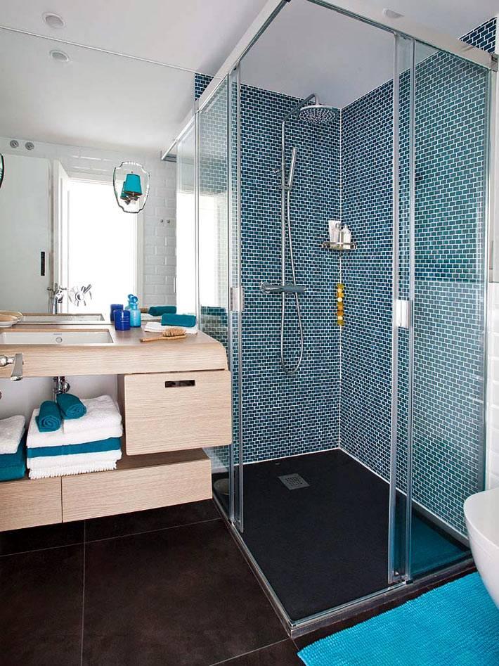 плитка мозаика в дешевой кабине и деревянная мебель под умывальником