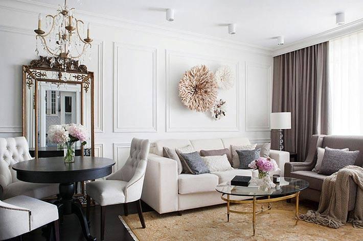 Гостиная комната с белым диваном и серыми креслами