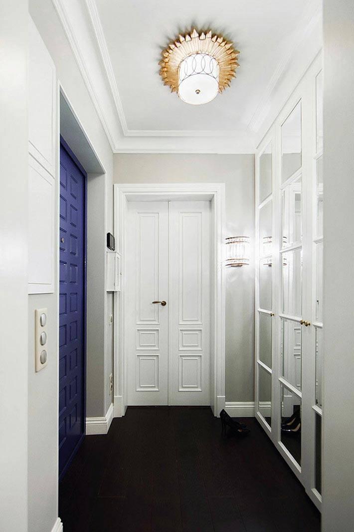 белый цвет на стенах и мебели в прихожей комнате