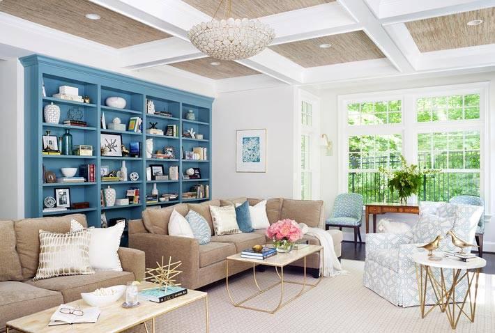 деревянный потолок с балками в гостиной комнате фото