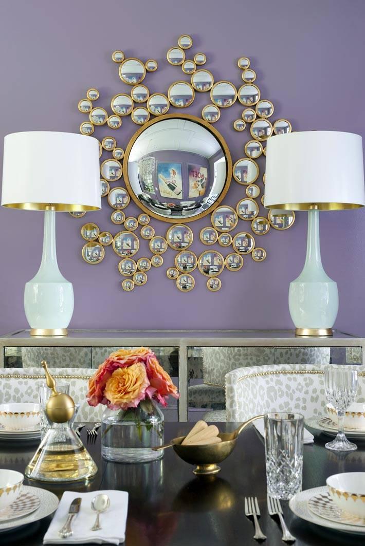 две настольные лампы и круглое зеркло на стене столовой комнаты