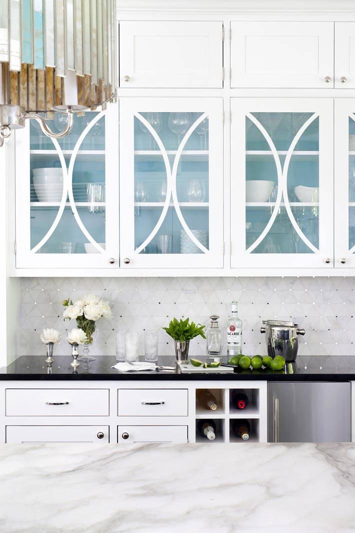 интерьер кухни с хорошим вкусом - белые шкафчики под стекло на кухне