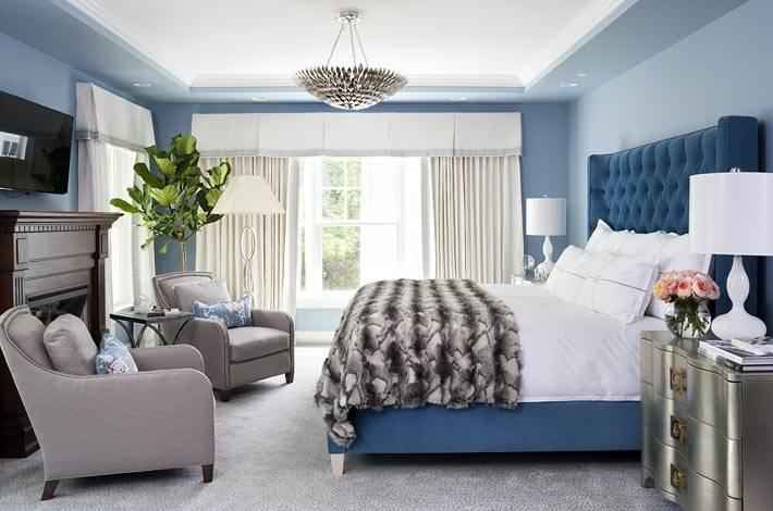 красивая спальня в синем цвете с голубыми стенами