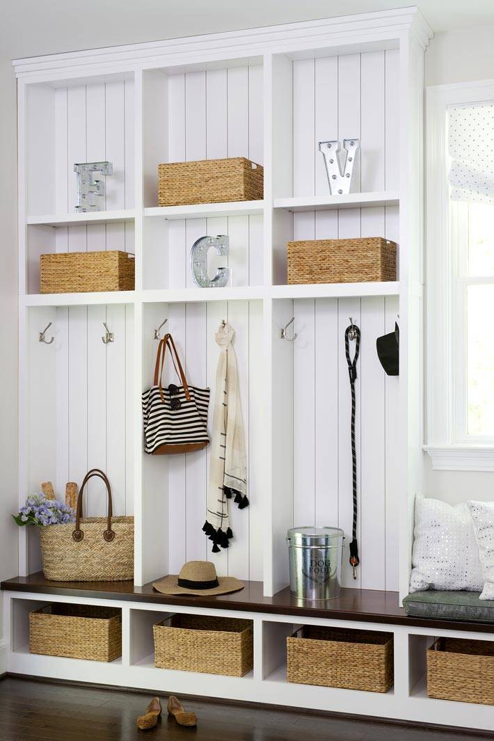 белый стеллаж с плетеными корзинами в прихожей комнате фото