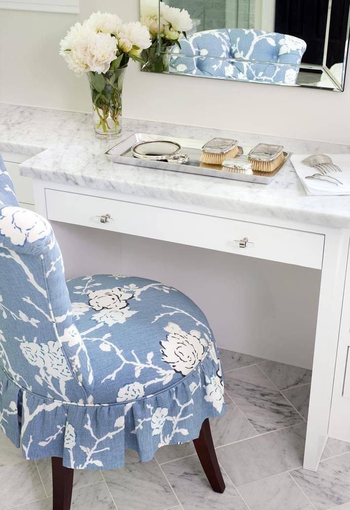 туалетный столик для красоты в интерьере ванной
