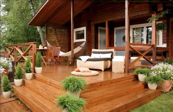 деревянная веранда со ступенями и гамаком фото