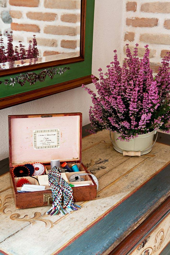 лаванда, резное зеркало и шкатулка в декоре спальной комнаты фото