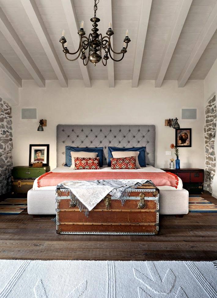 Большой сундук и старые чемоданы в декоре спальни фото