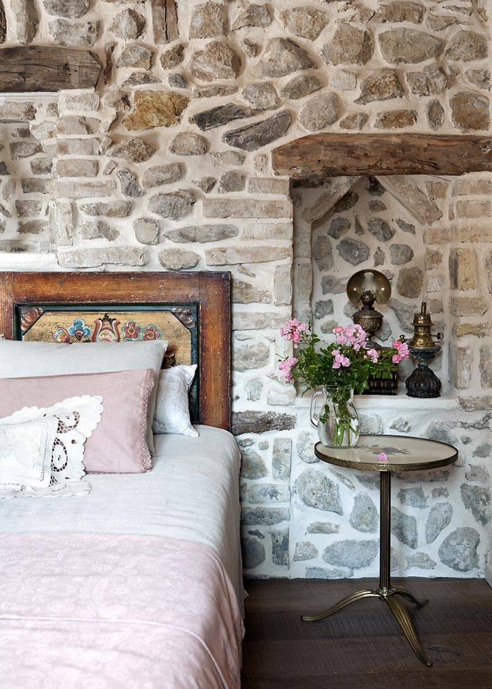красивое резное изголовье кровати в ретро стиле фото