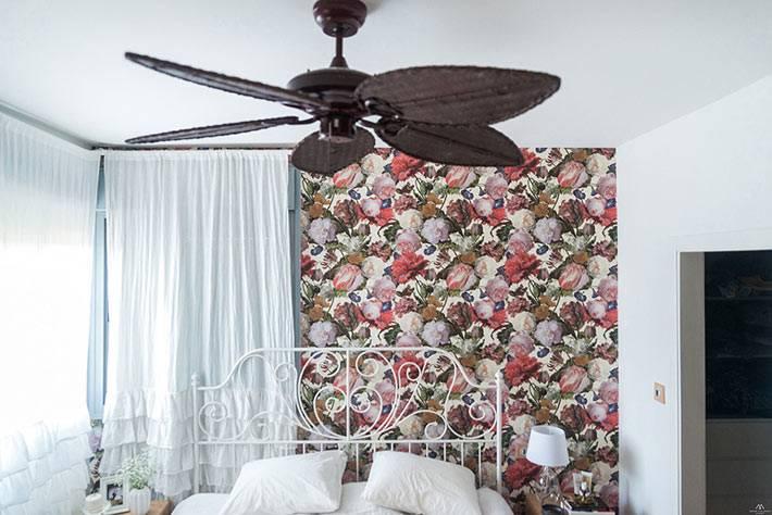 дизайн спальни с яркими обоями и белой постелью и шторами