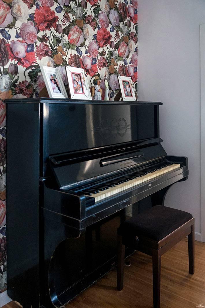 Старинное пианино в интерьере современной квартиры фото