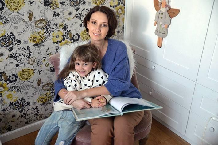 акцентная стена с цветастыми обоями в дизайне детской комнаты фото