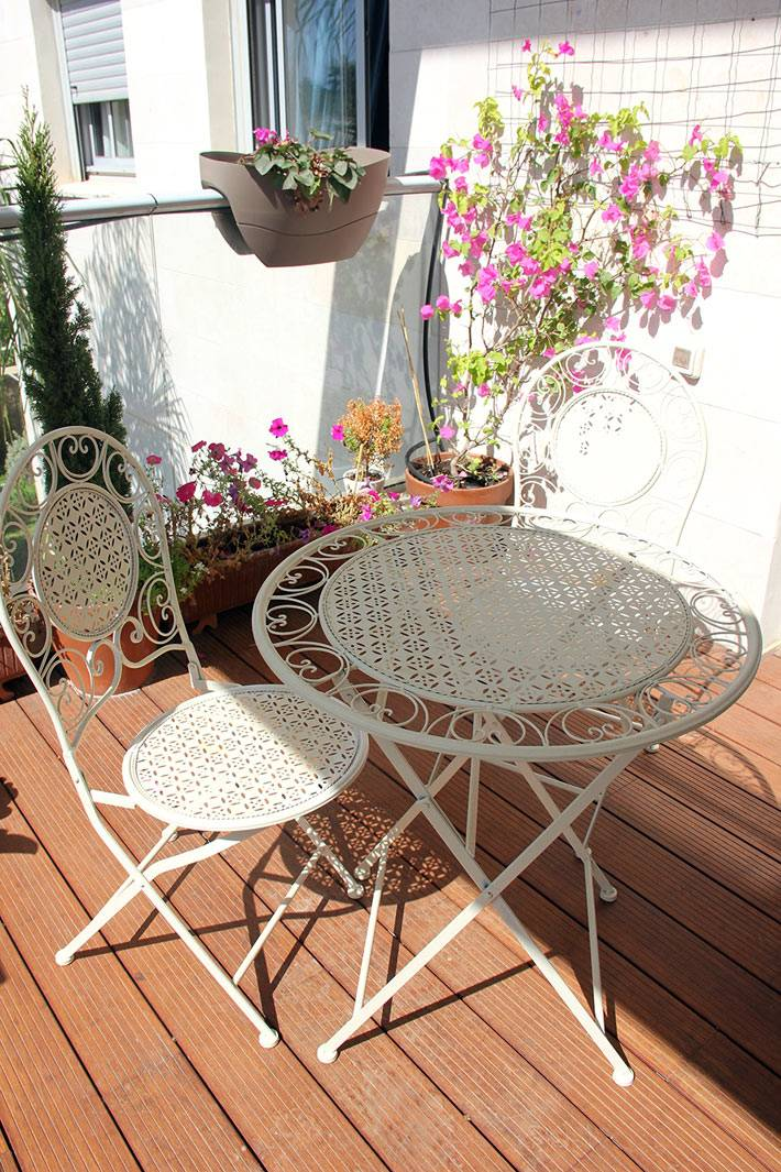 белая кованая мебель на балконе фото