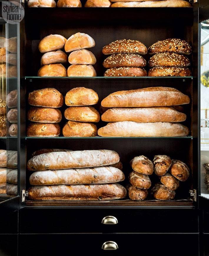 хлебный шкаф с ароматными булками в интерьере кухни