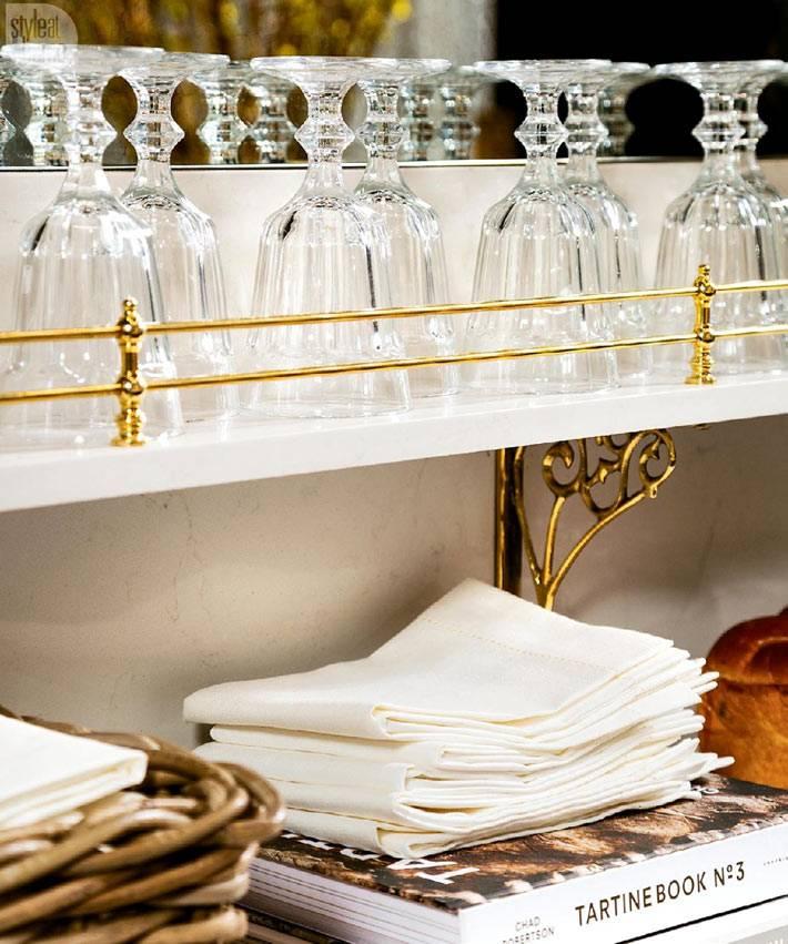 красивые белые откртые полки для бокалов на кухне