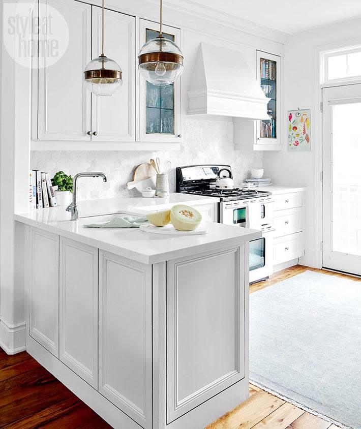Белоснежный интерьер кухни с встроенной техникой фото