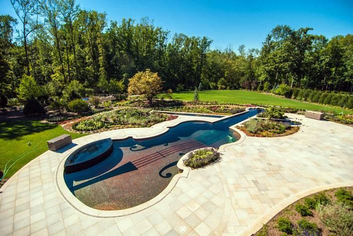 красивый бассейн в форме скрипки фото