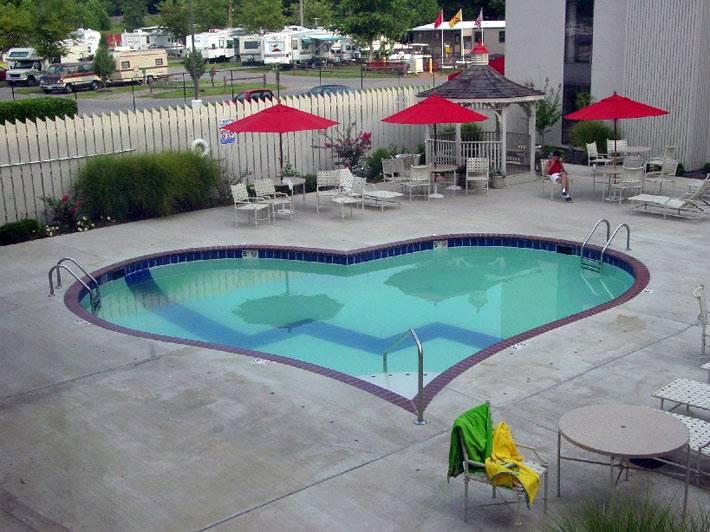 Плавательный бассейн в форме сердца фото