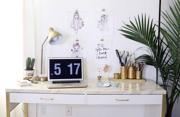 Мраморный рабочий стол и золотые банки для ручек и карандашей