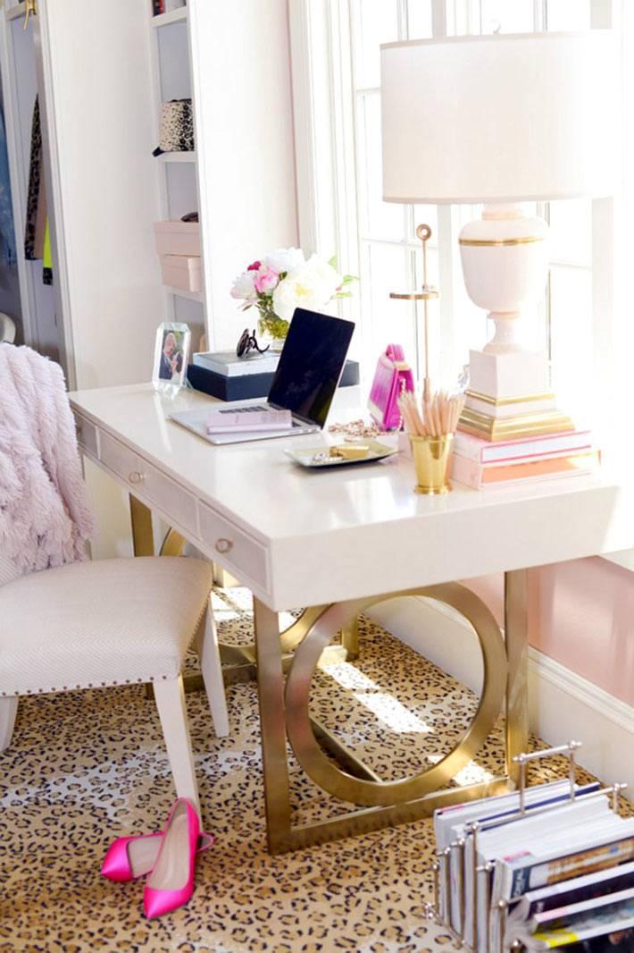 леопардовый ковер под белым рабочим столом с золотыми ножками