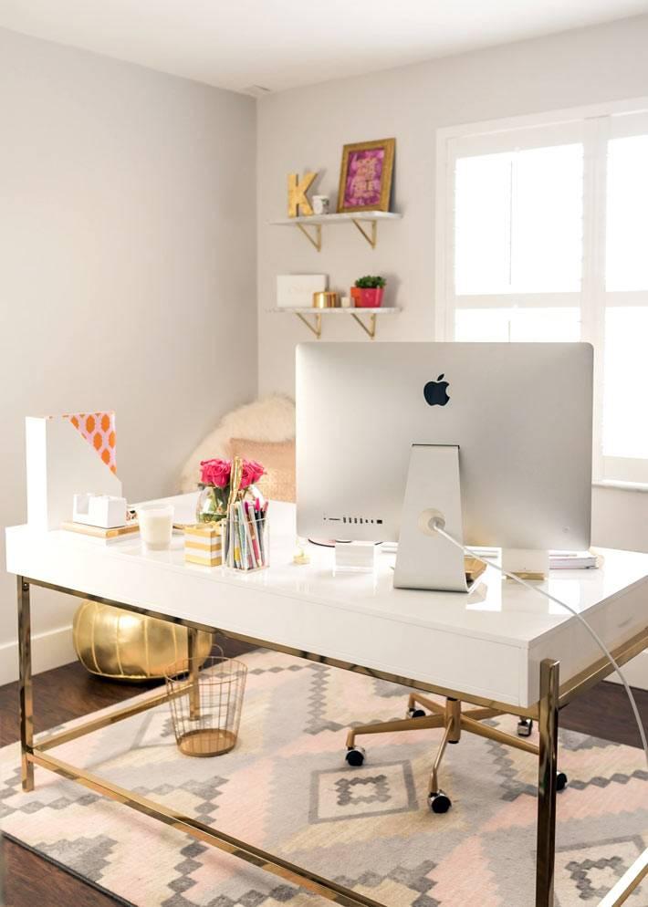 рабочий стол белого цвета с компьютером Mac