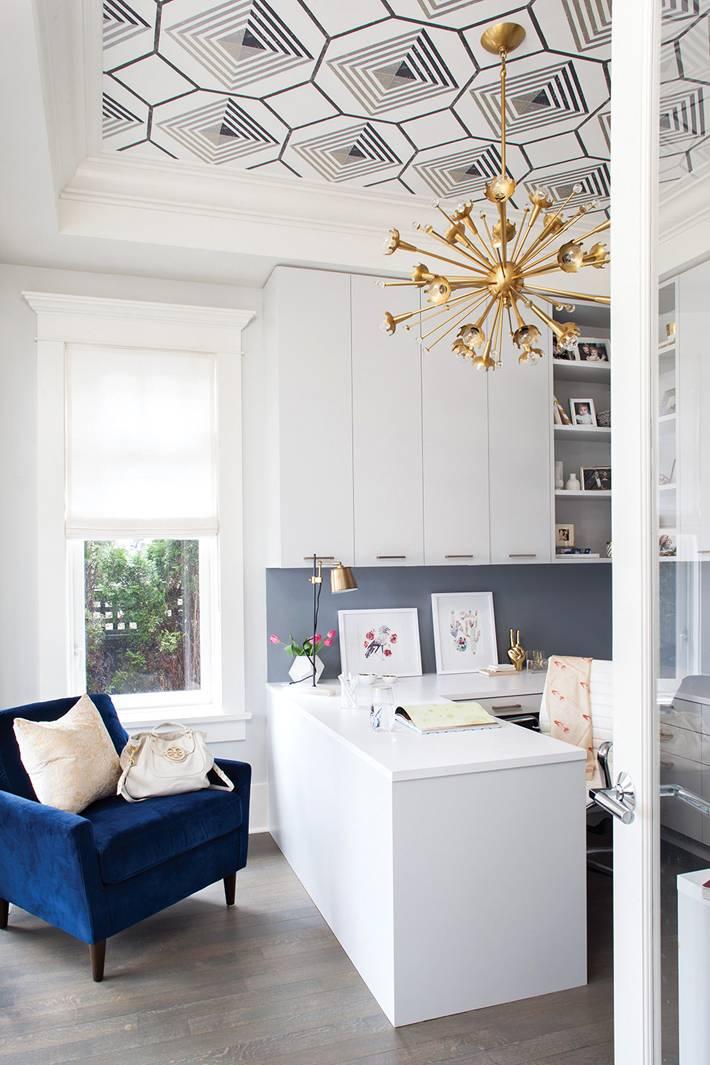 красивый дизайн домашнего кабинета с синим креслом