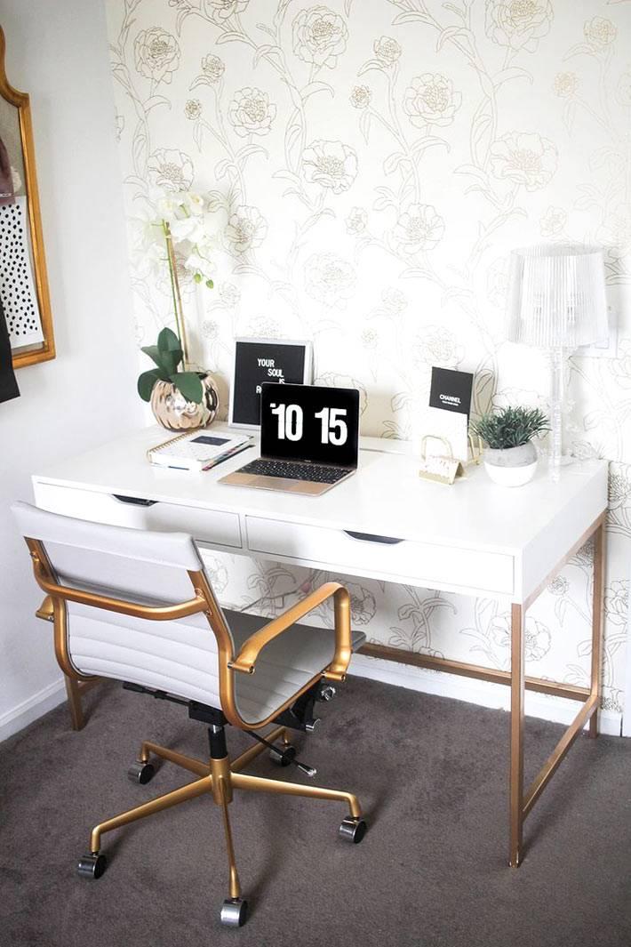 мебель для рабочего кабинете в белом цвете с золотыми элементами