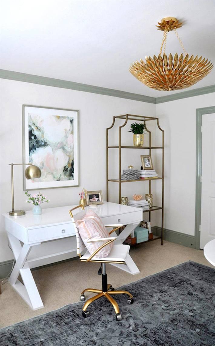 белая рабочая мебель и золотистые детали в декоре домашнего офиса