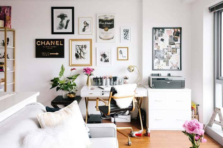 просторный домашний кабинет с диваном и постерами на стене