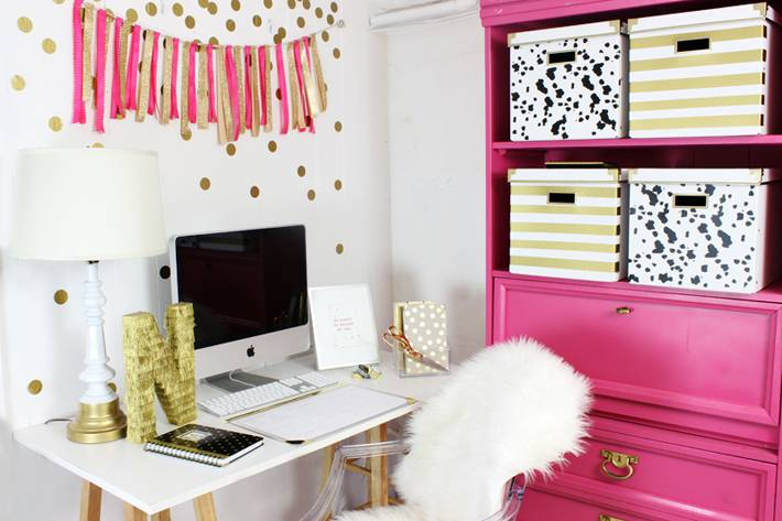 яркий домашний офис с розовым цветом фото