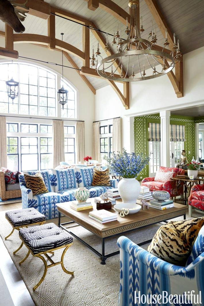 большая и светлая гостиная комната с мансардным потолком
