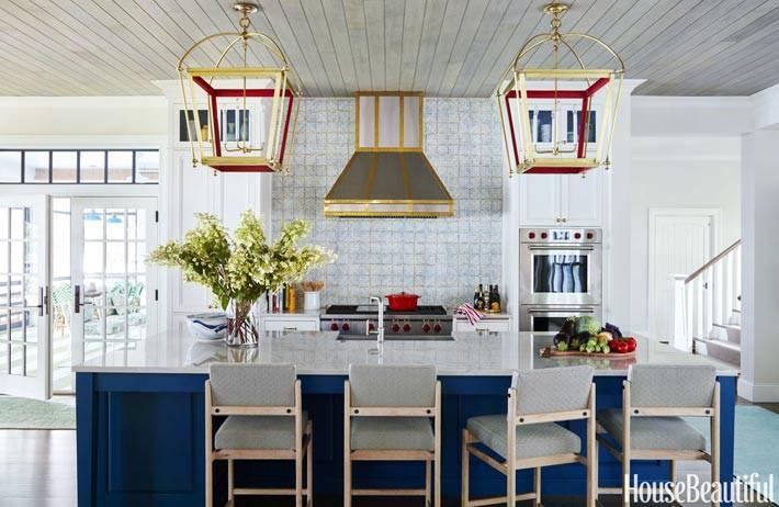 синий кухонный остров в интерьере белой кухни фото