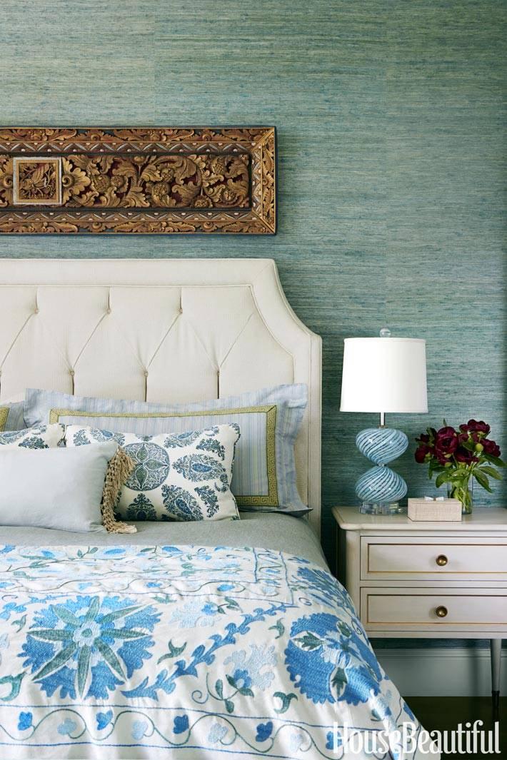 красивое белое мягкое изголовье кровати в спальне