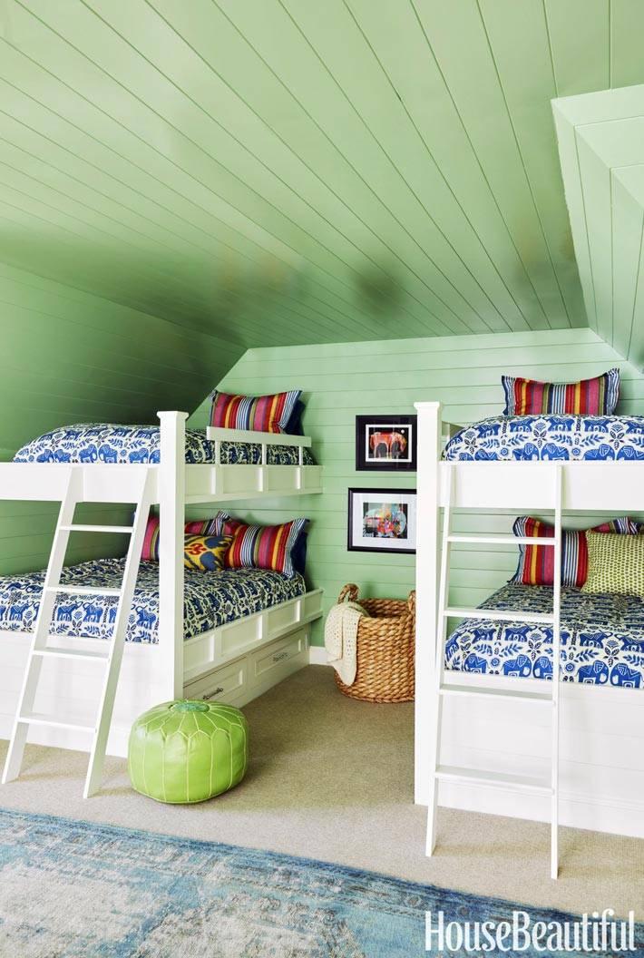 зеленый потолок и двухъярусные кровати в детской комнате