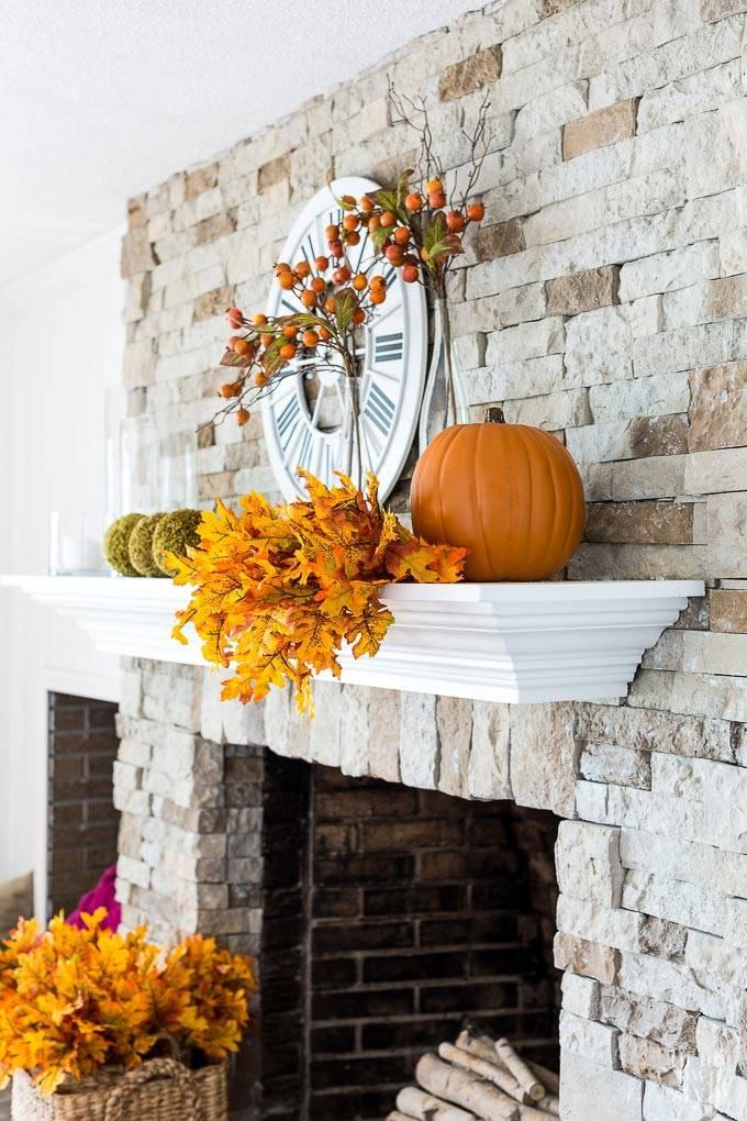 осенние листья, тыква и гроздья рябины в декоре интерьера
