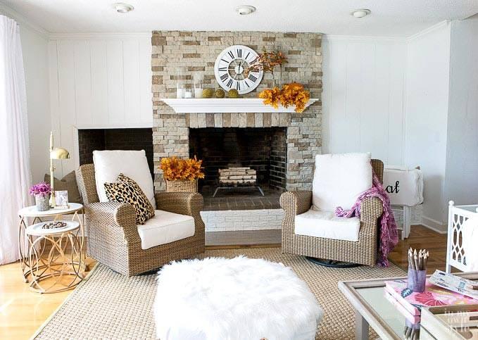 мебель из ротанга и камин в интерьере гостиной комнаты фото