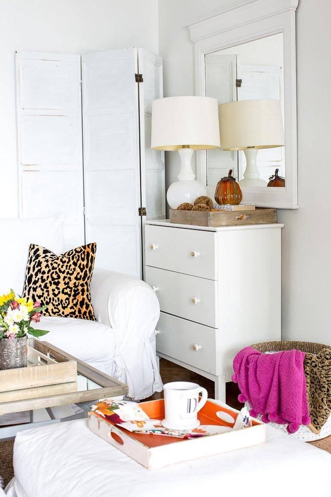 белая мебель на фоне белых стен в интерьере комнаты фото