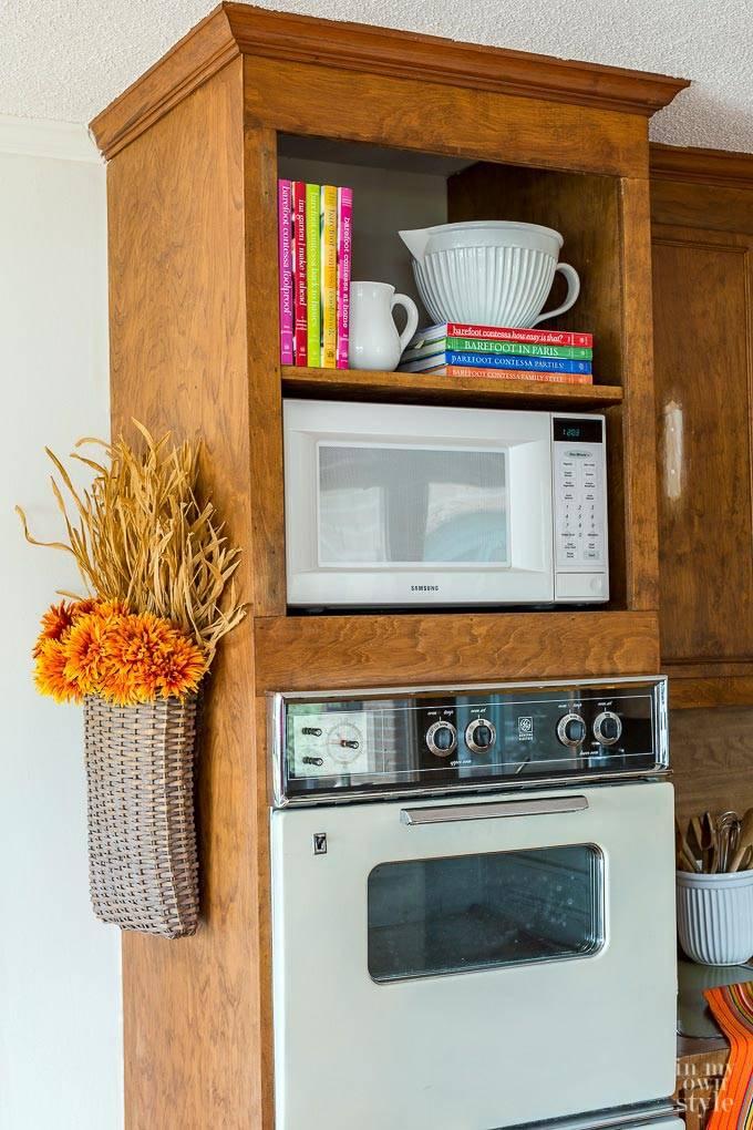 сухоцветы в плетеной корзинке с дизайне интерьера кухни