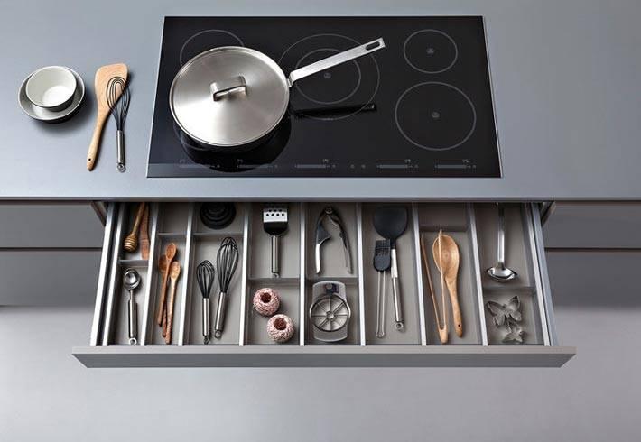 серый кухонный ящик с разными отделениями