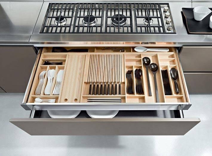двойной выдвижной ящик на кухне с тарелками и ножами