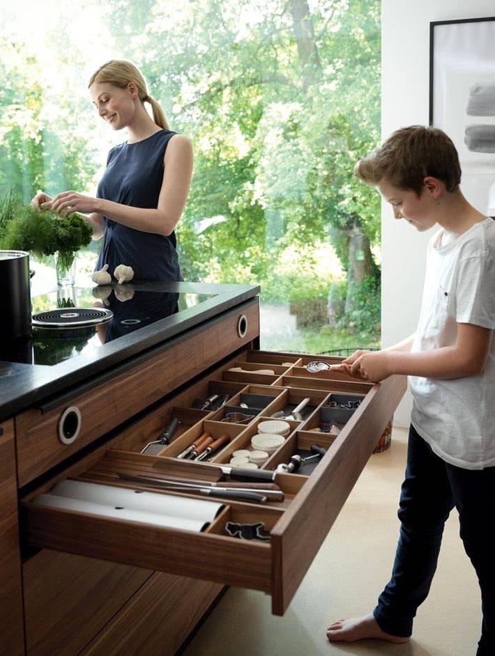 огромный кухонный ящик для принадлежностей