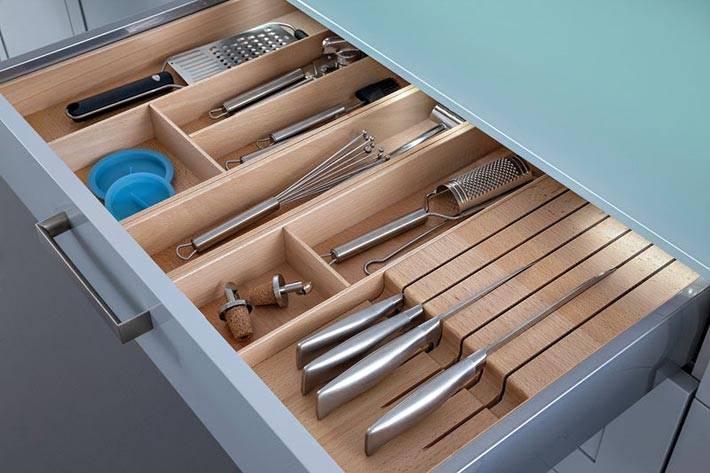 серый ящик с деревянными разделителями на кухне