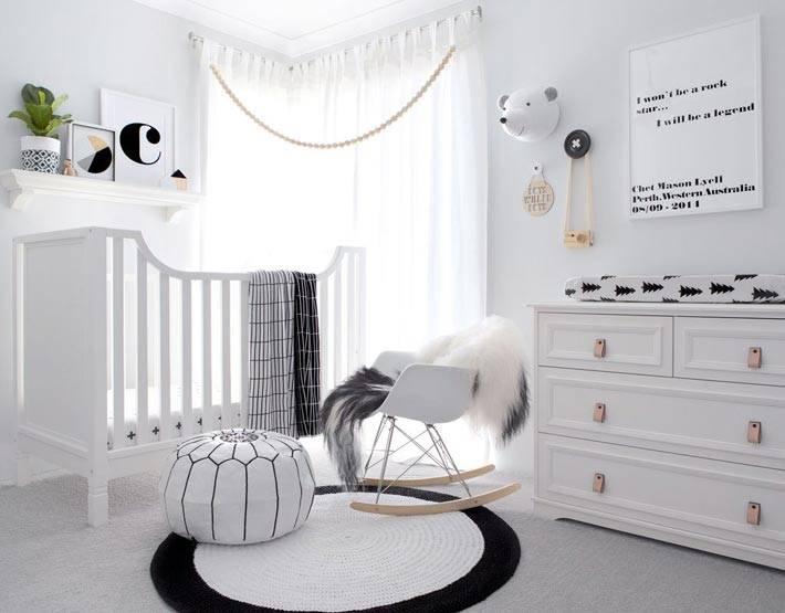 угловое окно в интерьере детской белого цвета