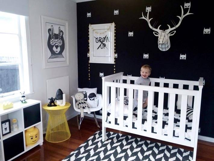 интерьер детской комнаты с черной акцентной стеной фото