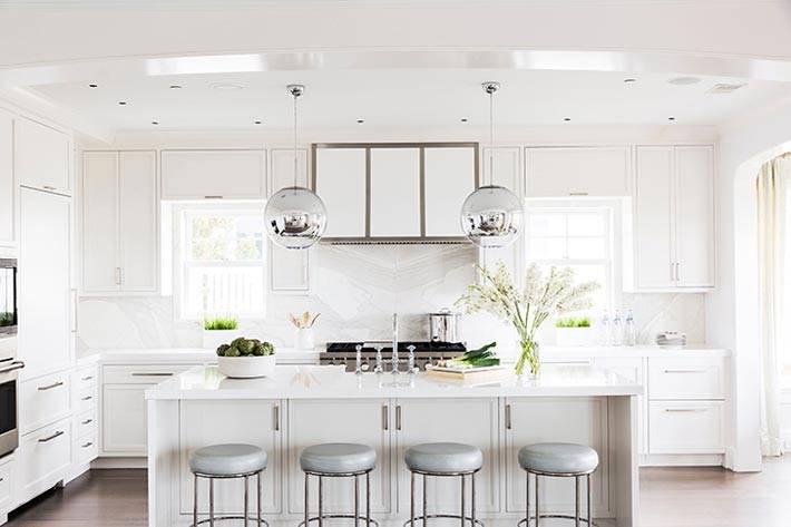 белый цвет кухни с островом и барными стульями