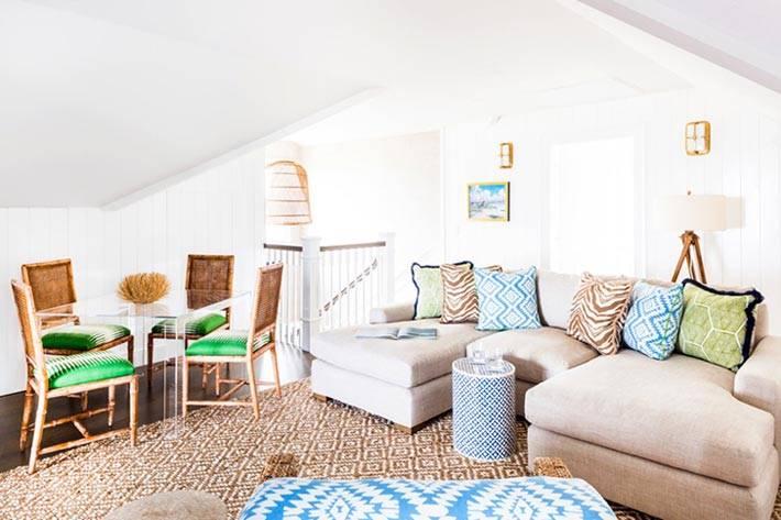 мансардная гостиная комната с диваном и столом фото